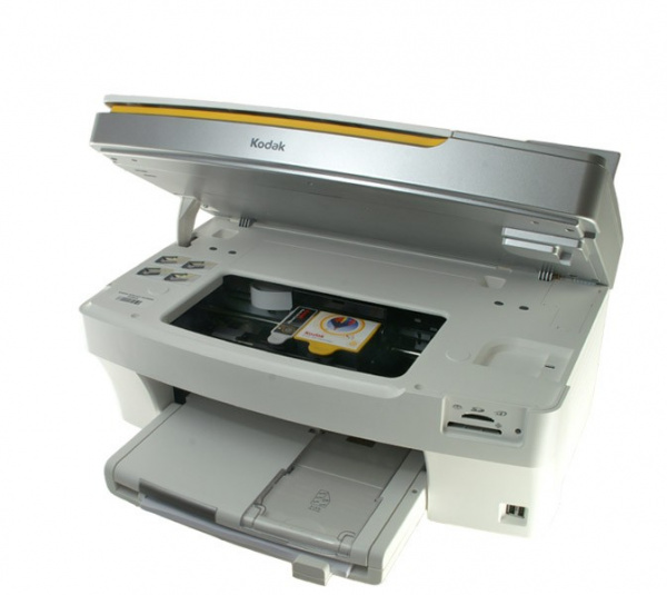 Kodak Easyshare 5300: After opening the cover there´s sufficient room for an easy exchange of cartridges.
